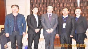 联盟领导(右二)与军事专家张召忠(中)合影